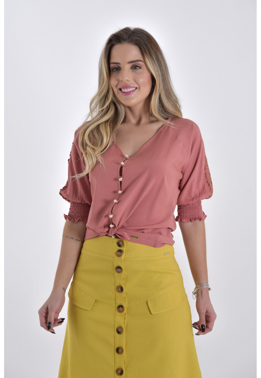 Blusa Mamorena decote V com botões e entremeio mangas